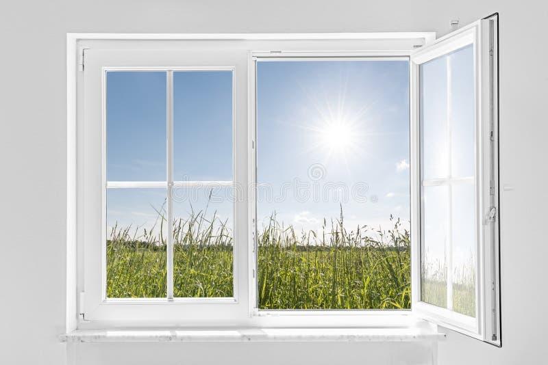 Biały przyrodni otwarte okno z słońcem fotografia stock