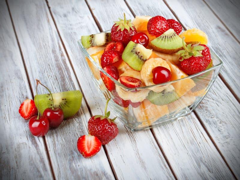 Biały puchar świeża zdrowa owocowa sałatka fotografia stock