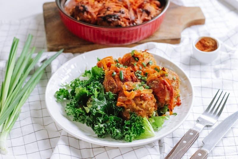 Biały puchar domowi gotujący klopsiki z warzywami i sałatka liśćmi zdjęcia stock