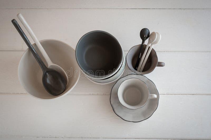 biały puchar i łyżkowy ceramiczny na szarym tle fotografia royalty free