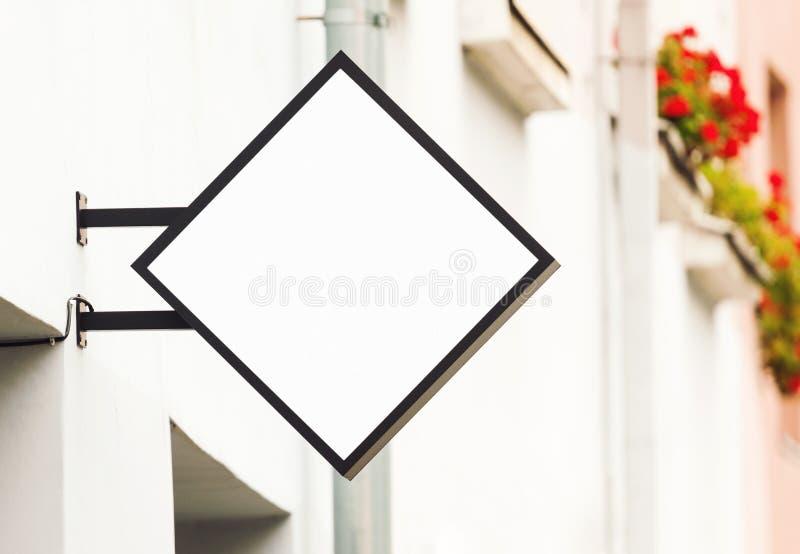 Biały pusty plenerowy biznesowy signage mockup zdjęcie royalty free