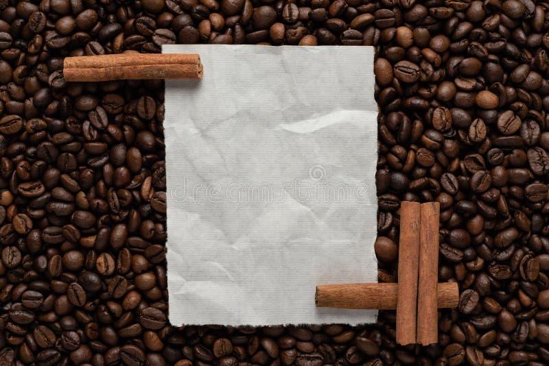 Biały pusty prześcieradło papier na tle piec kawowe fasole cynamon dla i teksta przepisu lub menu obraz stock