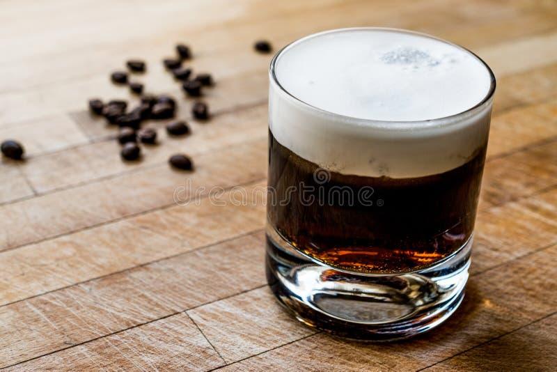 Biały Rosyjski koktajl z kawowymi fasolami zdjęcie royalty free