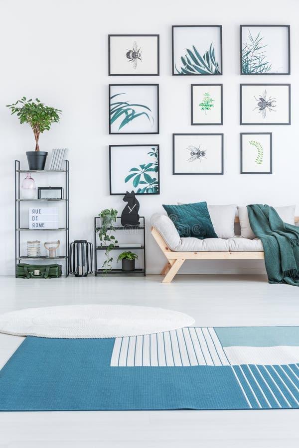Biały round dywanik i błękitny dywan z lampasami umieszczającymi na podłoga zdjęcia stock