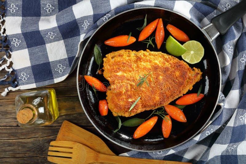 Biały rybi stek z oszklonymi marchewkami obrazy stock