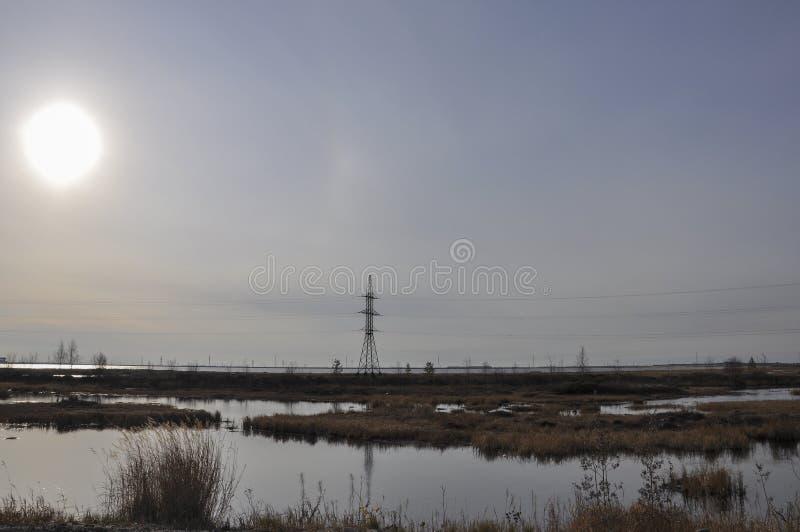 Biały słońce w zimnym jesieni niebie nad rzekami i jeziorami _ tundra obraz stock