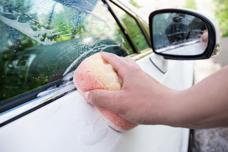 Biały samochód myje w mydlanych suds zdjęcie royalty free
