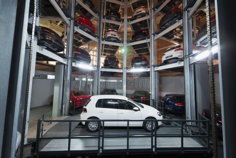 Biały samochód na parking z automatyzującym samochodowym parking systemem obrazy royalty free