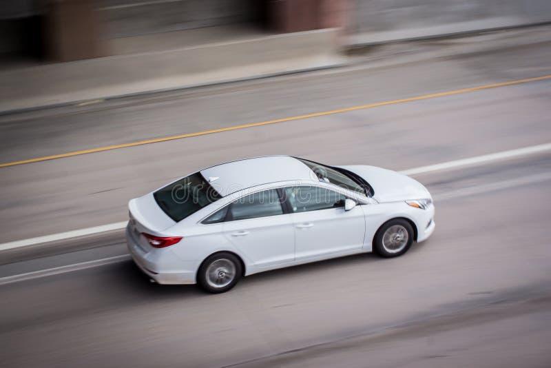 Biały samochód na ulicie obrazy royalty free