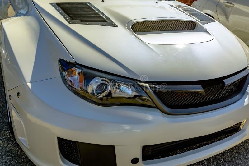 Biały samochodowy kapiszon z wentylacją dla airflow przodu reflektorów fotografia stock