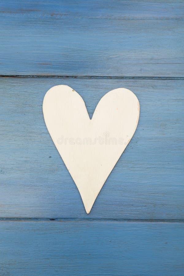 Biały serce na błękitnym tle, drewno malował Greckiego błękit obraz royalty free