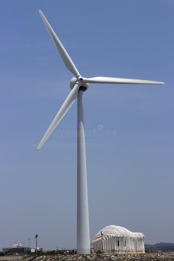 Biały silnik wiatrowy przeciw niebu na Daebudo wyspie w korei południowej, obrazy royalty free