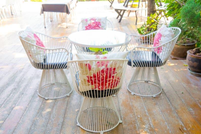 Biały stali krzesło i stół zdjęcie stock