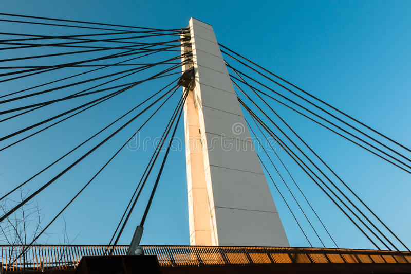 Biały stalowy kablowy most w nowożytnym architektura stylu fotografia royalty free