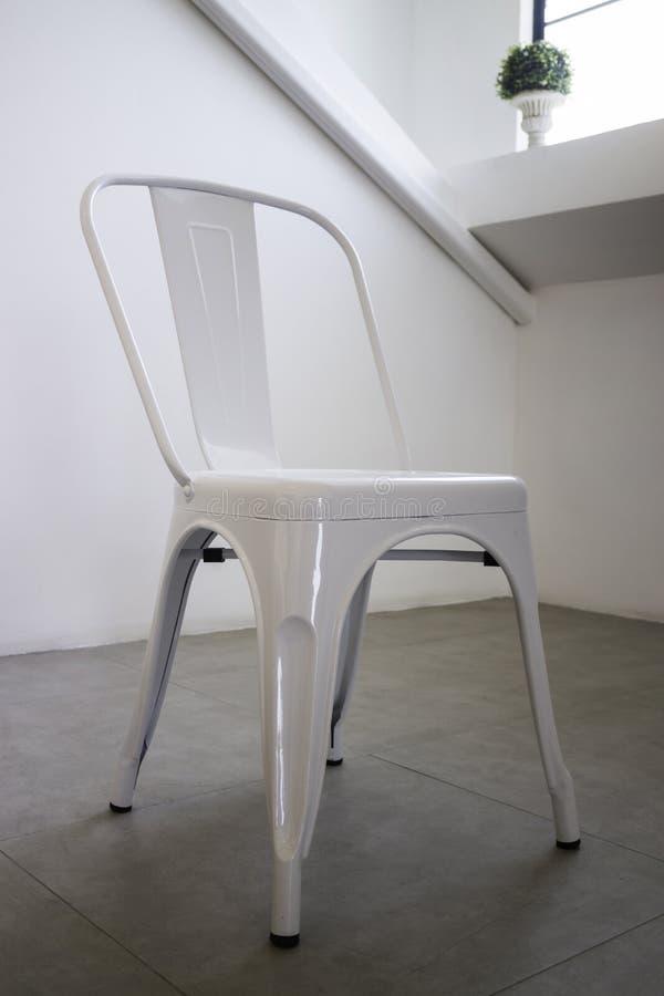 Biały stalowy krzesło w białym pokoju zdjęcia stock