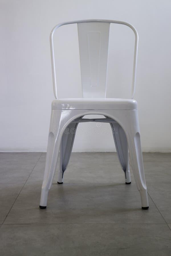 Biały stalowy krzesło w białym pokoju zdjęcie royalty free