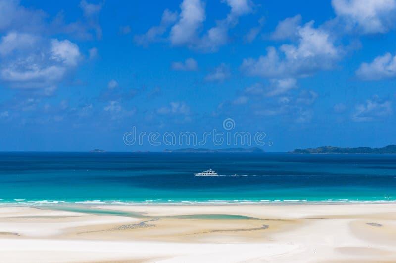 Biały statek wycieczkowy, łódź na turkusowy błękitnym nawadnia Koralowy morze obraz stock