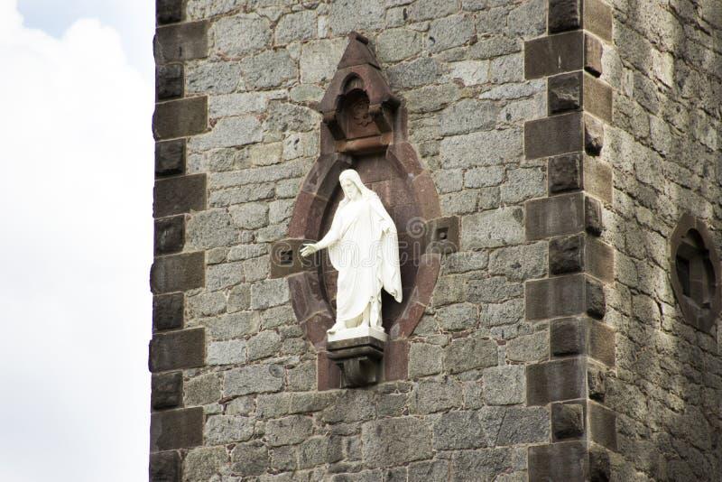 Biały statuy Jesus bóg na wierza Chiesa evangelica Di Cristo kościół w Merano, Włochy zdjęcie royalty free
