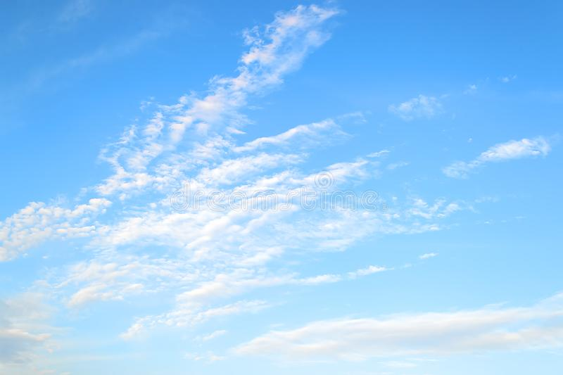 Biały stratus, półprzezroczyste chmur pierzastych chmury wysokie w błękitnym lata niebie i Różni obłoczni typy i atmosferyczni zj zdjęcie royalty free