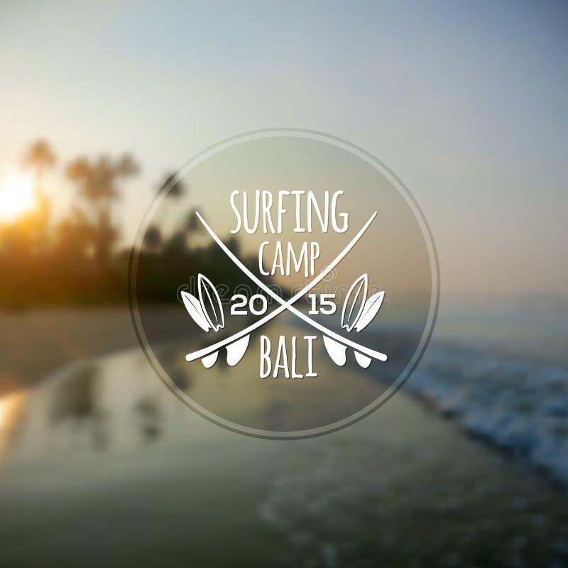 Biały surfingu obozu logo na zamazanym oceanu wschodzie słońca ilustracja wektor