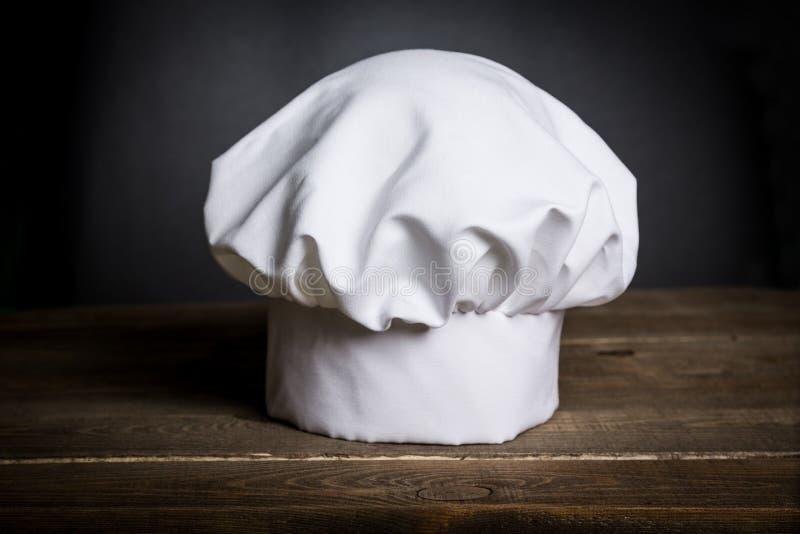 Biały szefa kuchni kapelusz na biurku zdjęcie stock