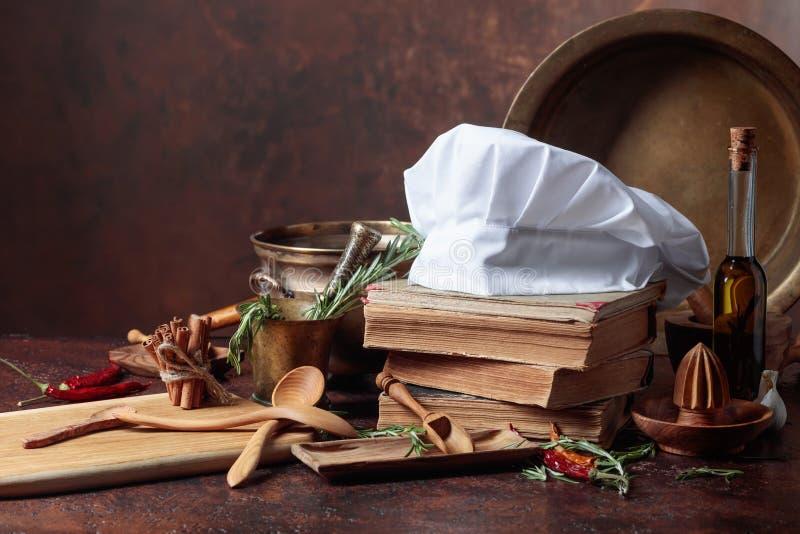 Biały szefa kuchni ` s kapelusz i stare książki kucharska zdjęcia royalty free