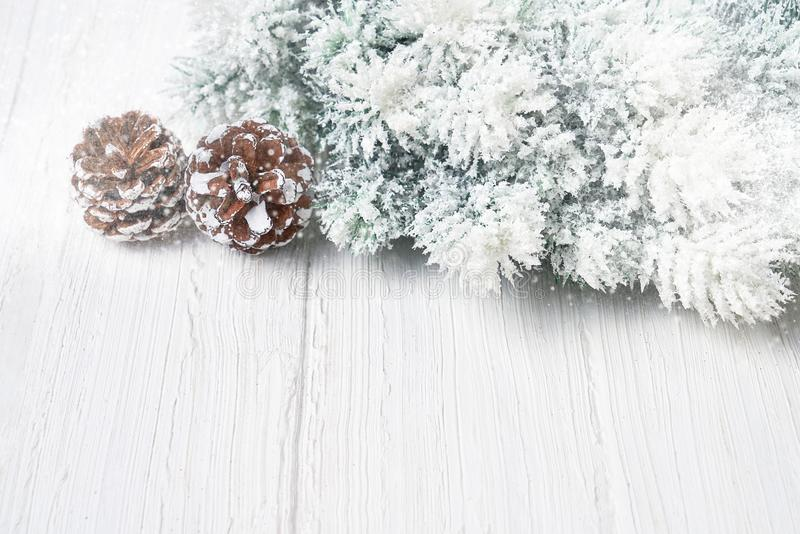 biały tło boże narodzenia Bożenarodzeniowe jedlinowe gałąź z dekoracją kosmos kopii zdjęcia stock