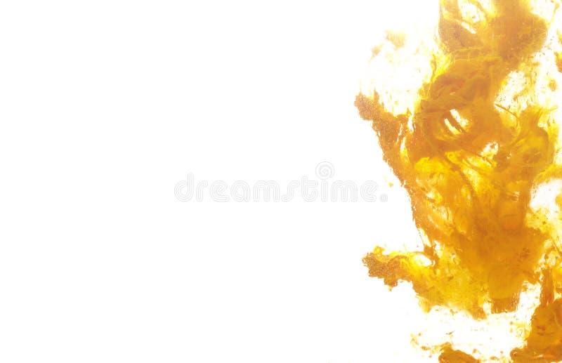 Biały tło z żółtą farbą w wodzie zdjęcie stock
