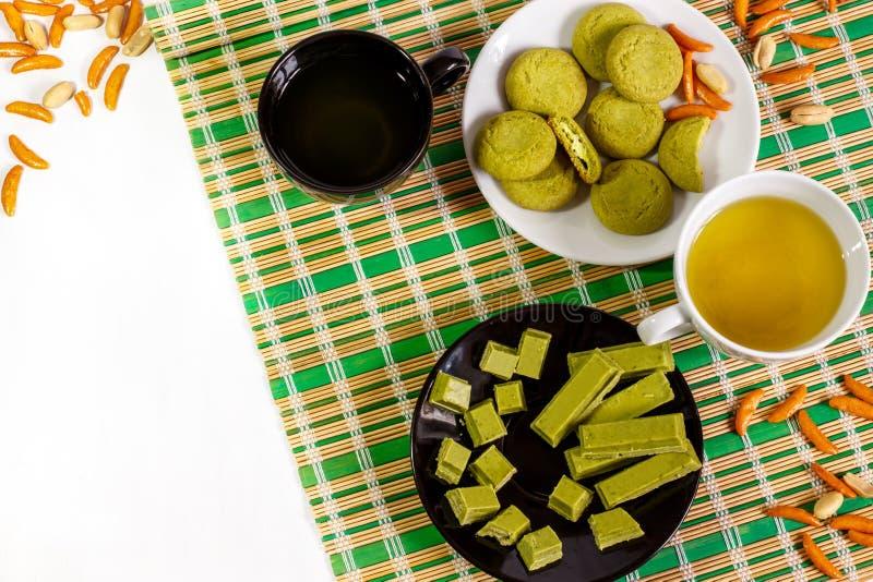 Biały tło z Japońskim cukierki, robić z matcha i filiżankami zielona herbata fotografia royalty free