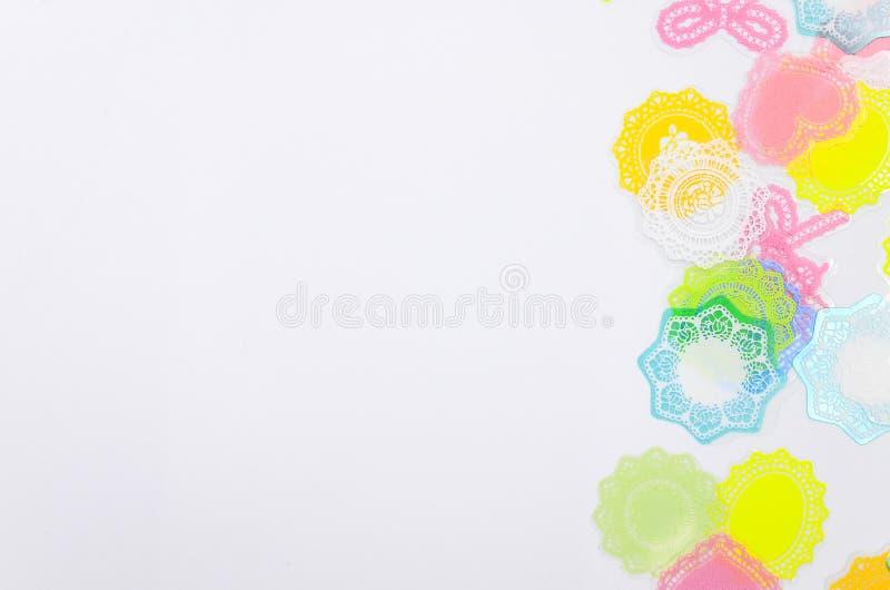 Download Biały Tło Z Kolorową Dekoracją Ilustracji - Ilustracja złożonej z wakacje, wyznaczający: 57653806