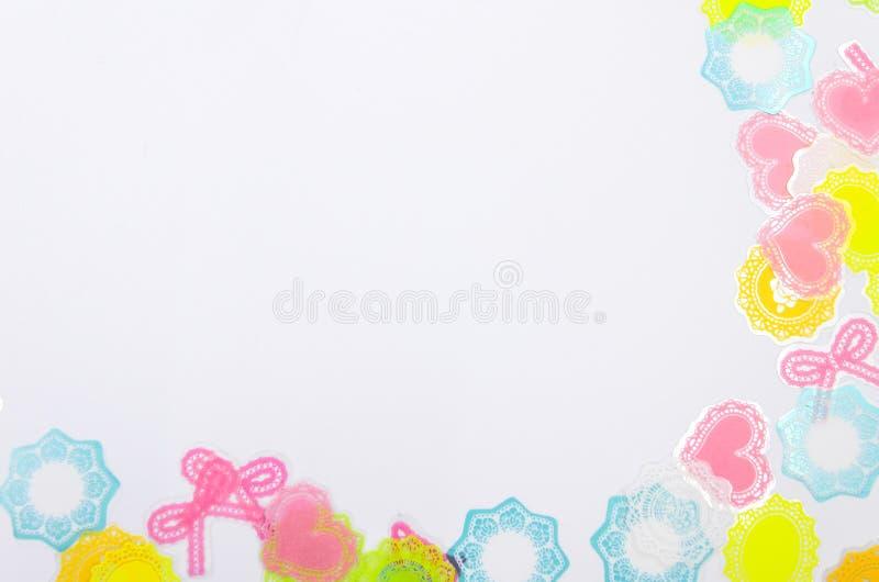 Download Biały Tło Z Kolorową Dekoracją Ilustracji - Ilustracja złożonej z broszurka, moda: 57654739