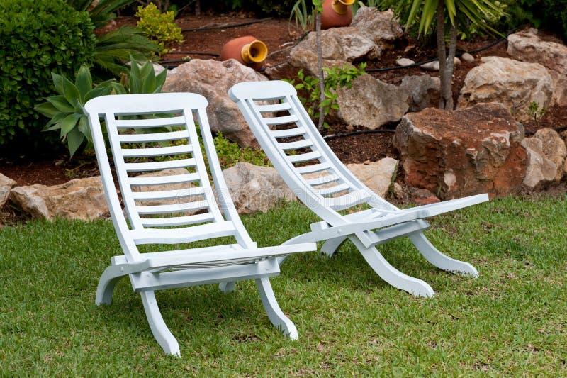 Biały tekowi krzesła zdjęcie royalty free