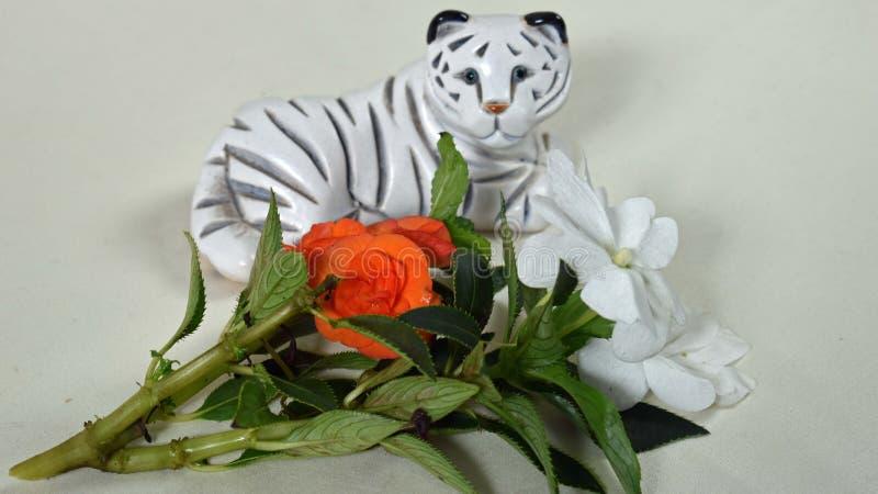 Biały Tiger Knick Knack z pomarańczowymi i białymi kwiatami fotografia royalty free
