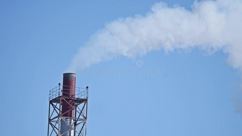 Biały toksyczny opar od węglowej elektrowni fajczany przemysłu dymu niebieskie niebo fotografia stock