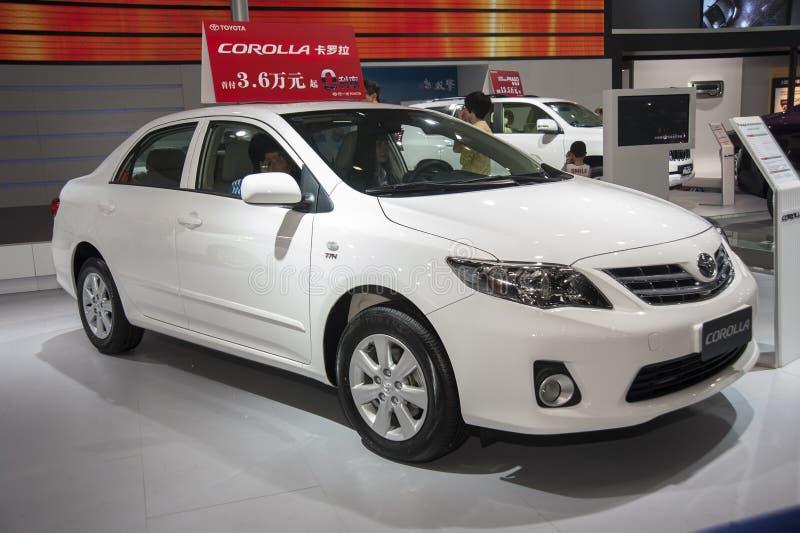 Biały Toyota koronowy samochód zdjęcia stock