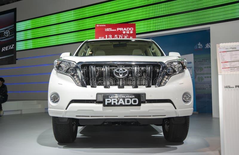 Biały Toyota prado ziemi rejsu samochód obrazy stock