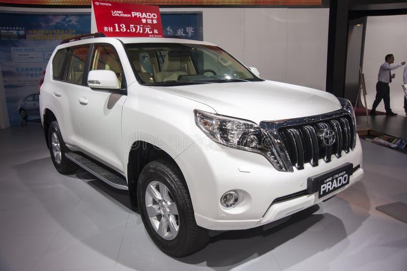 Biały Toyota prado ziemi rejsu samochód obraz royalty free