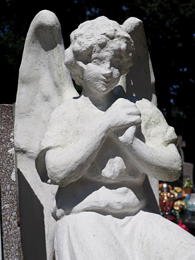 Biały tynku anioł jako opiekun grób w cmentarzu fotografia stock