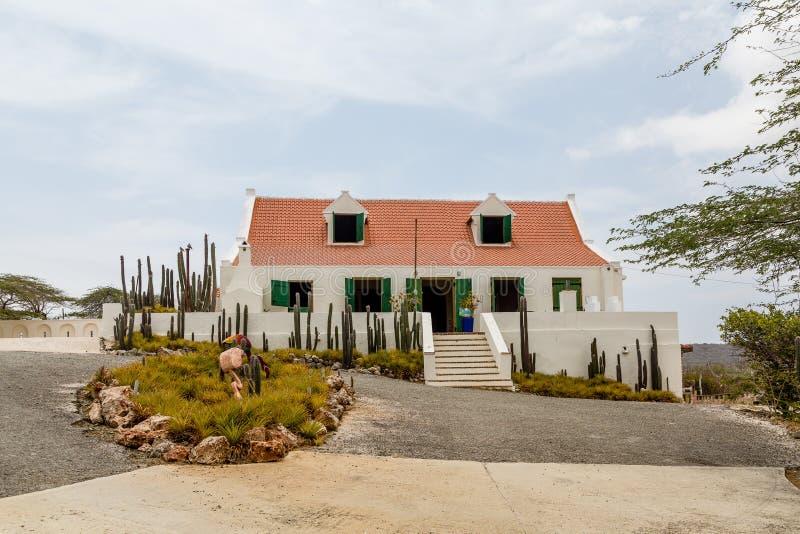 Biały tynku dom z Czerwonym Dachówkowym dachem zdjęcie royalty free