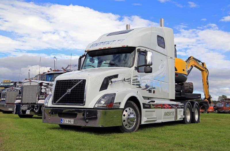 Biały Volvo VNL 64T i inne Konwencjonalne przedstawienie ciężarówki zdjęcie stock