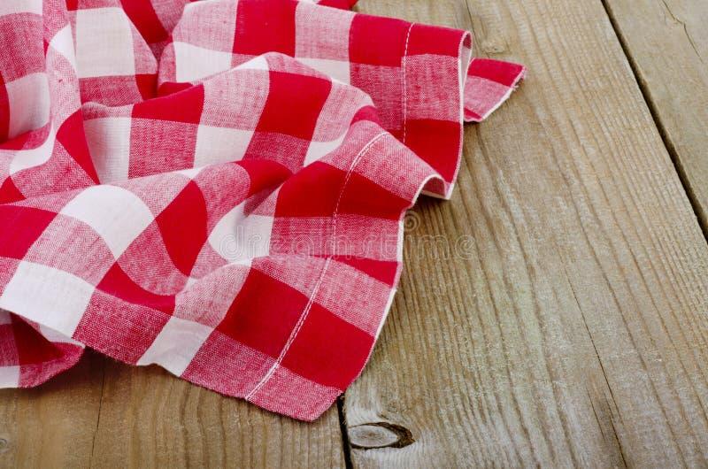 Biały w kratkę tablecloth w stary drewnianym zdjęcie royalty free