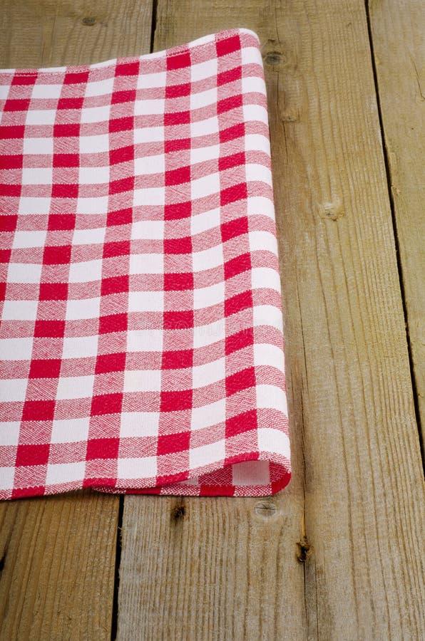 Biały w kratkę tablecloth w starym stole obrazy stock