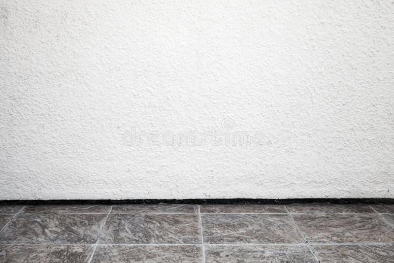 Biały wewnętrzny tło z szorstką stiuk ścianą zdjęcia stock