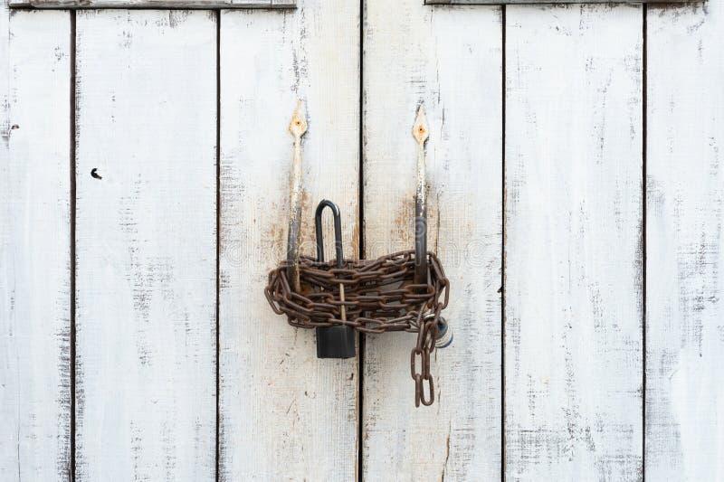 Biały wielki drzwi zamykający z łańcuchem i DWA kędziorkami obrazy stock