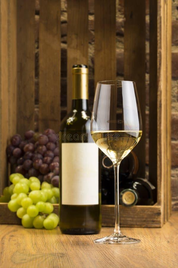 Biały wino Bootle i szkło zdjęcia royalty free
