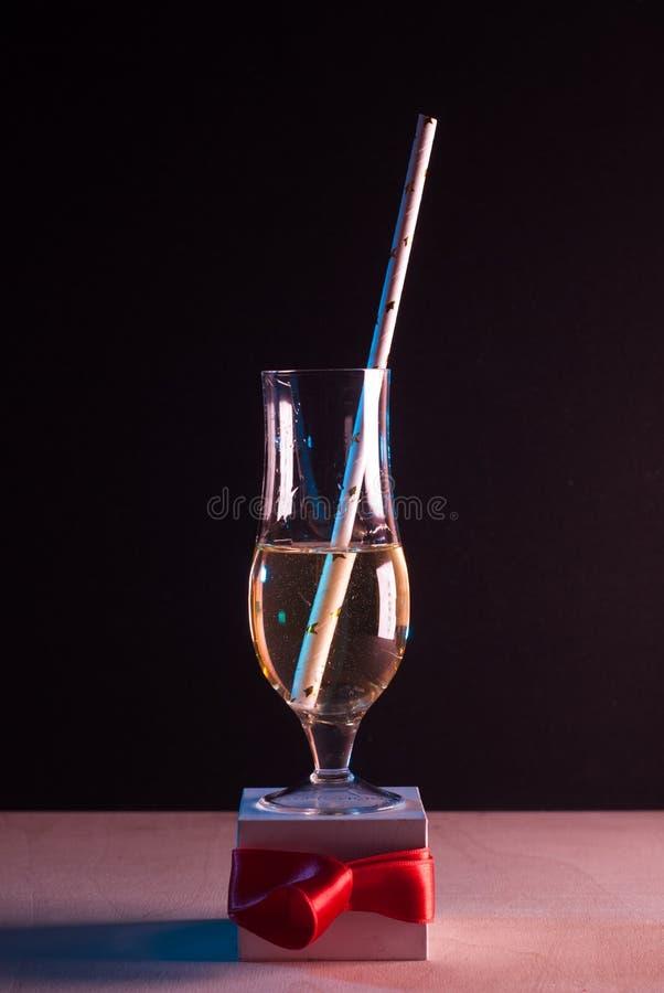 Biały wino w szkle na czarnym tle, obraz royalty free