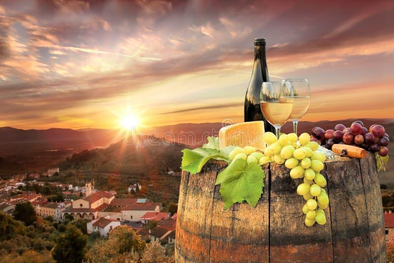 Biały wino z baryłką na winnicy w Chianti, Tuscany, Włochy obraz royalty free