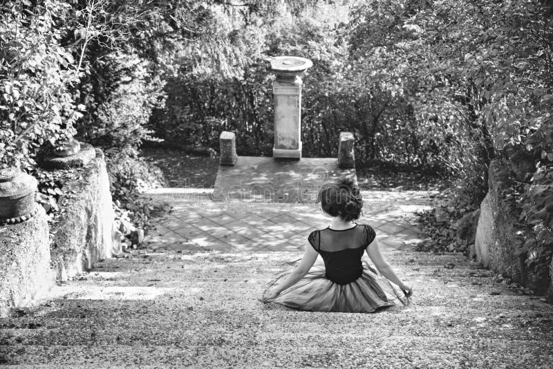 Biały wizerunek młoda siedząca kobieta w rocznik sukni na obraz royalty free