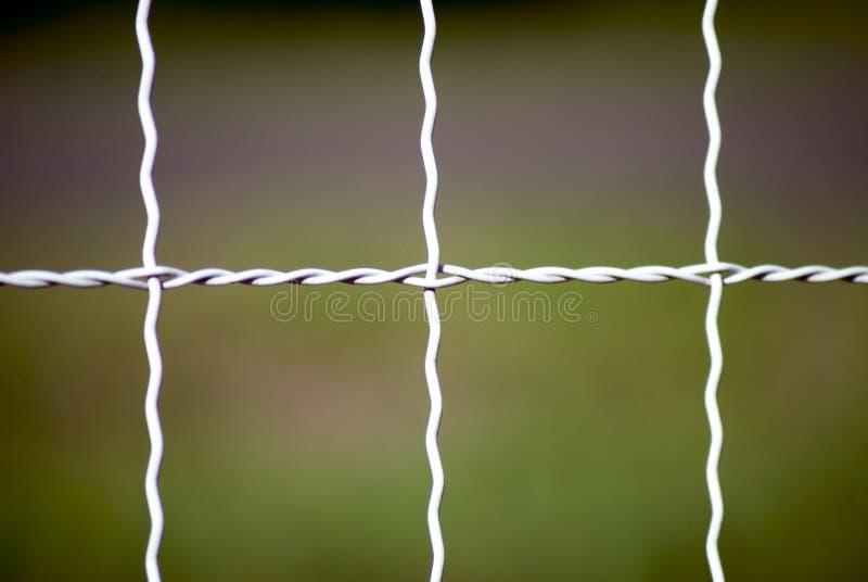 Biały wyplatający drucianego ogrodzenia tło zdjęcia stock