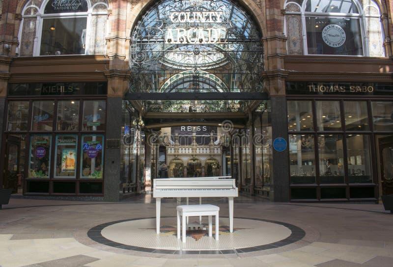 Biały Yamaha dziecka Uroczysty pianino, Wiktoria ćwiartki centrum handlowe, Leeds fotografia royalty free